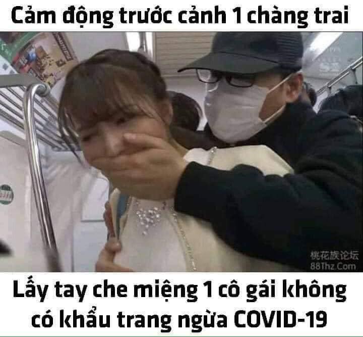 Cảm động 1 chàng trai lấy tai che miệng cô gái không có khẩu trang ngừa COVID-19