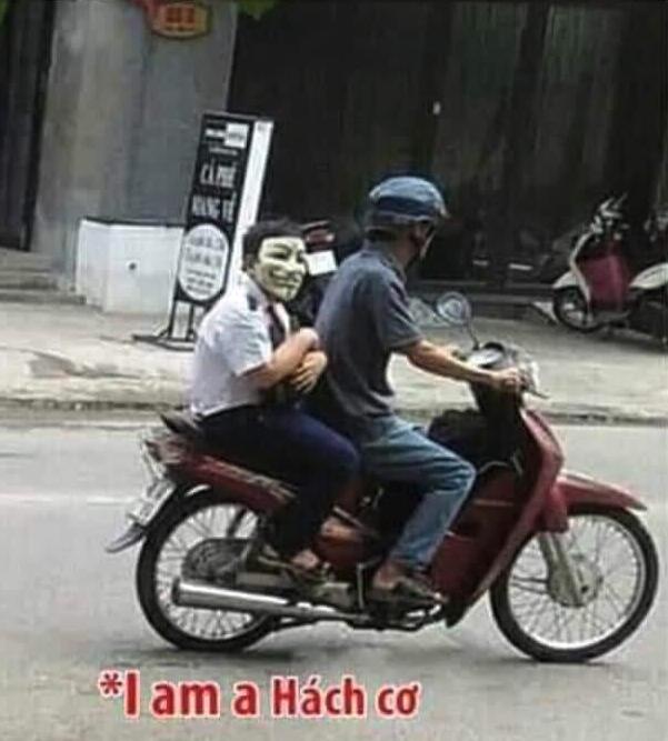 Đeo mặt nạ hacker được bố chở đi học