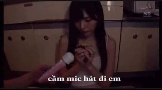 """Cô gái bị đưa mic nói """"cầm mic hát đi em"""""""