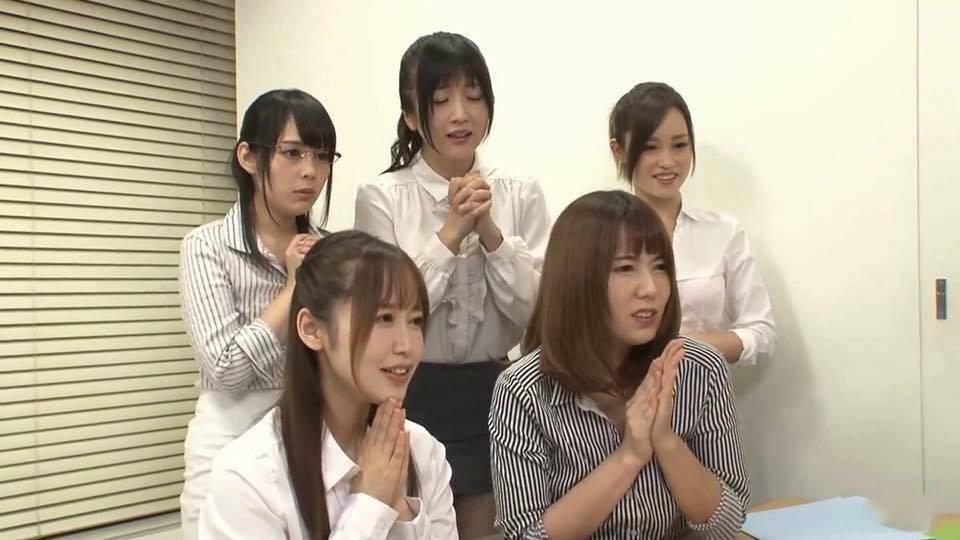 5 cô gái Nhật Bản chắp tay cầu nguyện cho chuyện gì đó