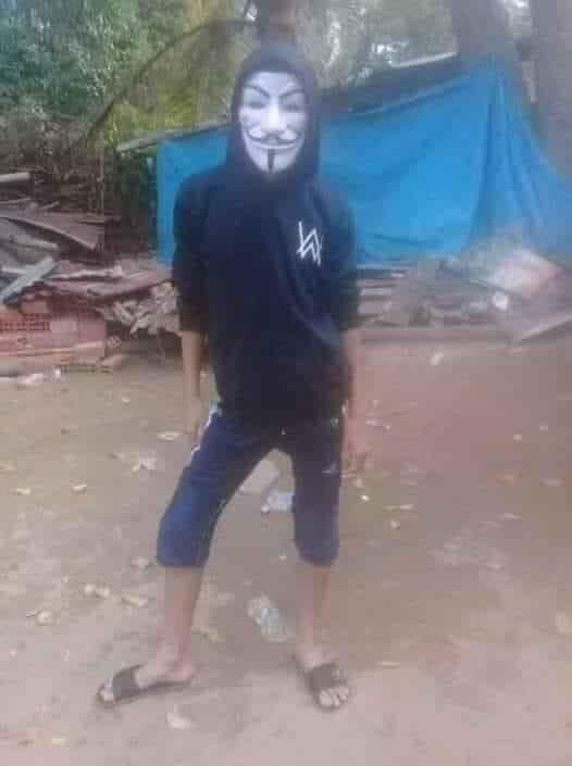 Thằng bé đeo mặt nạ hacker mặc áo Alan Walker