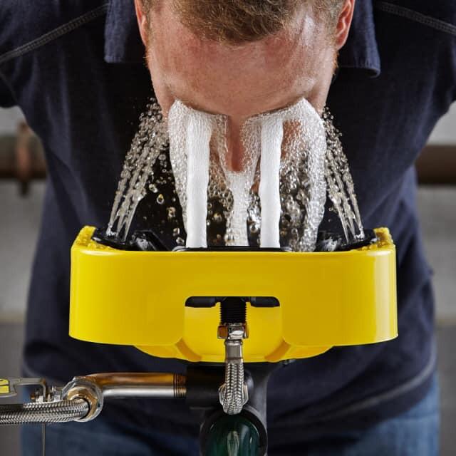 Người đàn ông rửa hai mắt dưới vòi nước