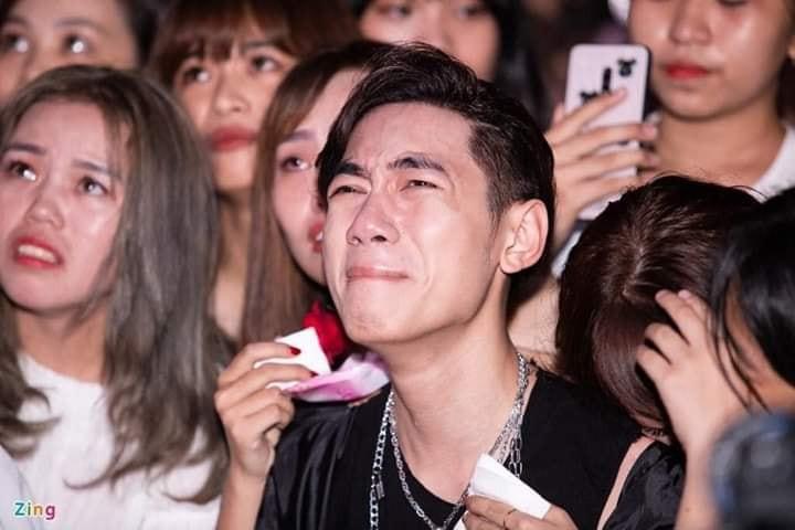 Khán giả khóc lóc lấy khăn lau nước mắt trong sinh nhật K-ICM