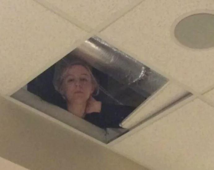 Bà sẽ theo dõi mày - người phụ nữ nấp ở trên trần nhà nhìn xuống