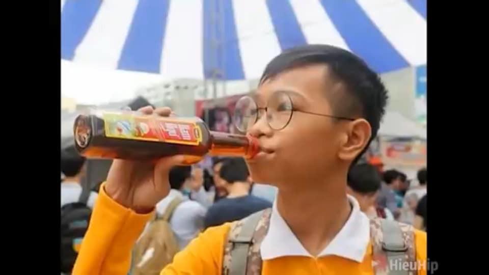 Cậu bé uống nước mắm Nam Ngư