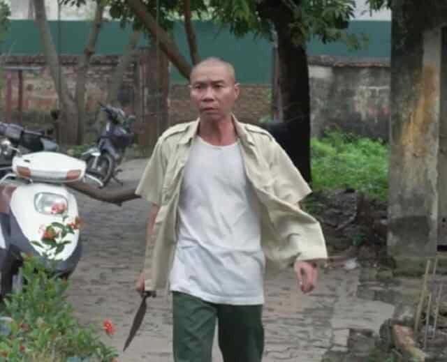 Hình ảnh diễn viên hài Công Lý xách dao