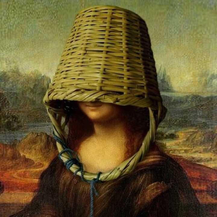 Mona Lisa đội giỏ xách lên đầu che mặt