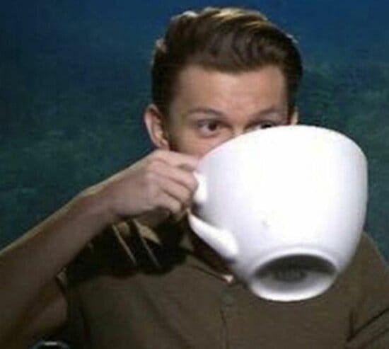 Chàng trai uống tách trà khổng lồ hóng drama