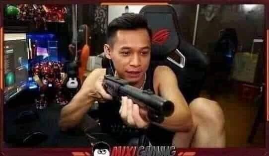 Độ Mixi cầm súng chĩa vào màn hình
