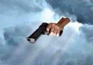 Bàn tay từ trên trời cầm súng chĩa xuống