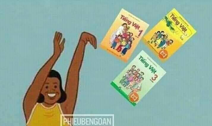 Chị da đen cười ném mấy cuốn tiếng Việt lớp 1 2 3