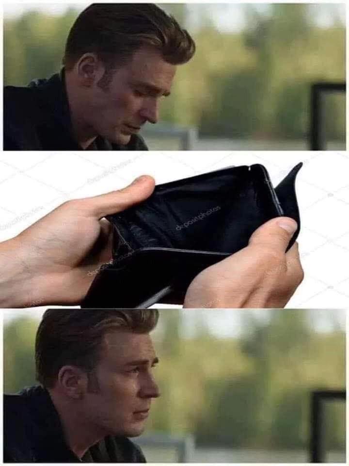 Captain America mở ví mình ra thấy không có gì rồi khóc
