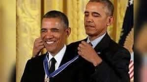 Hình ảnh tổng thống Obama tự đeo huân chương cho chính mình