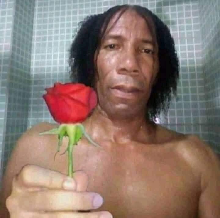 Người đàn ông xấu trai tóc bổ luống tặng hoa hồng