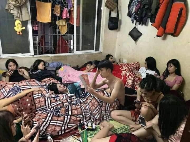 Nam sinh viên đọc sách học bài giữa rất nhiều cô gái đang ngủ xung quanh
