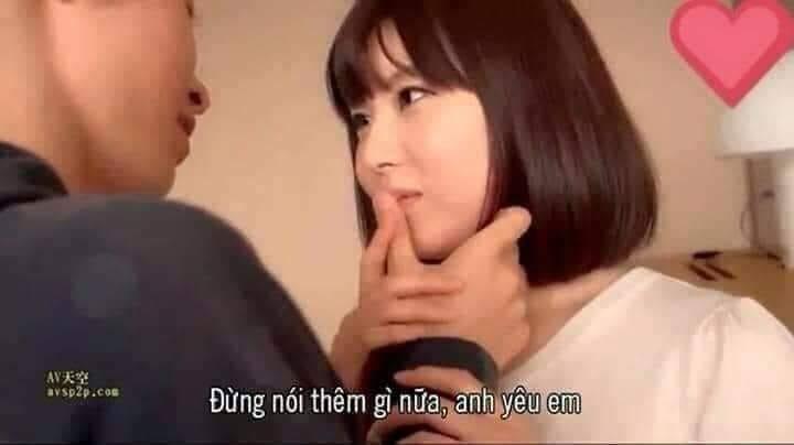 Cô gái bị chặn ngón tay trên miệng đừng nói gì thêm nữa anh yêu em