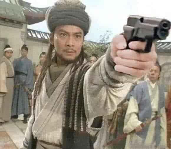Nhân vật phim cổ trang cầm súng chĩa thẳng vào mặt