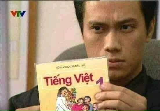 Phan Hải tay cầm quyển sách Tiếng Việt lớp 1