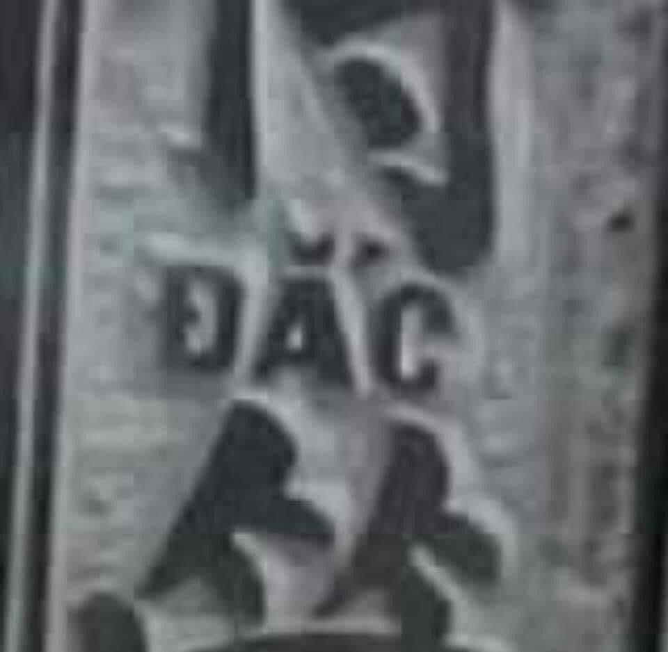 Bia đá cổ có khắc ký tự đắc (dark wa)