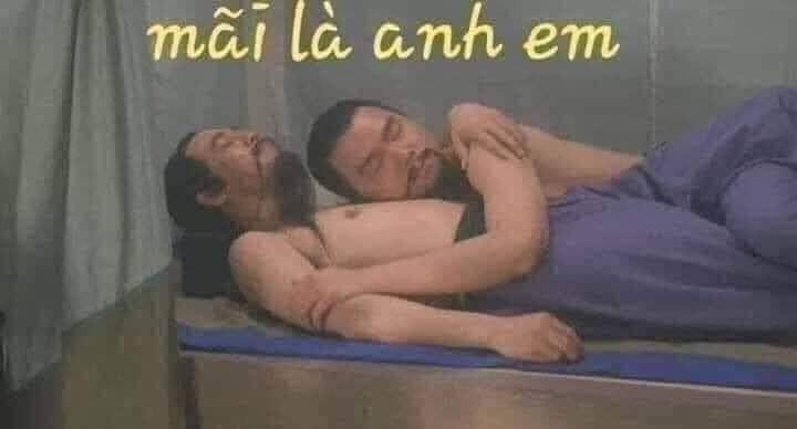 Hai người đàn ông ôm nhau trên giường nói mãi là anh em