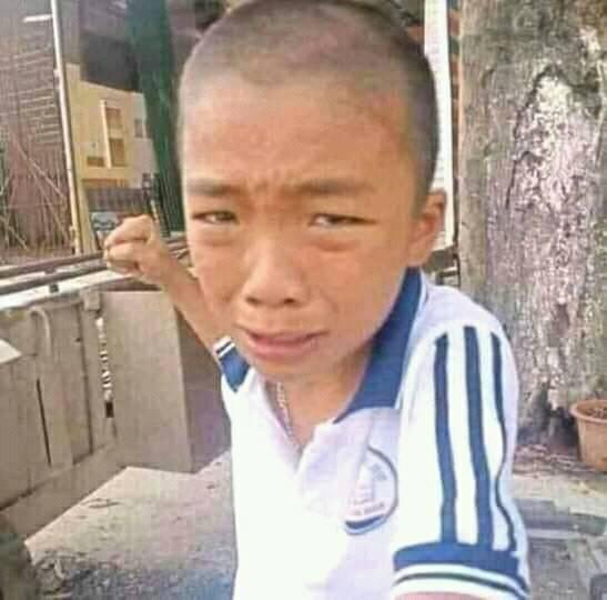 Thằng bé vừa khóc vừa đưa nắm đấm nhìn vào camera