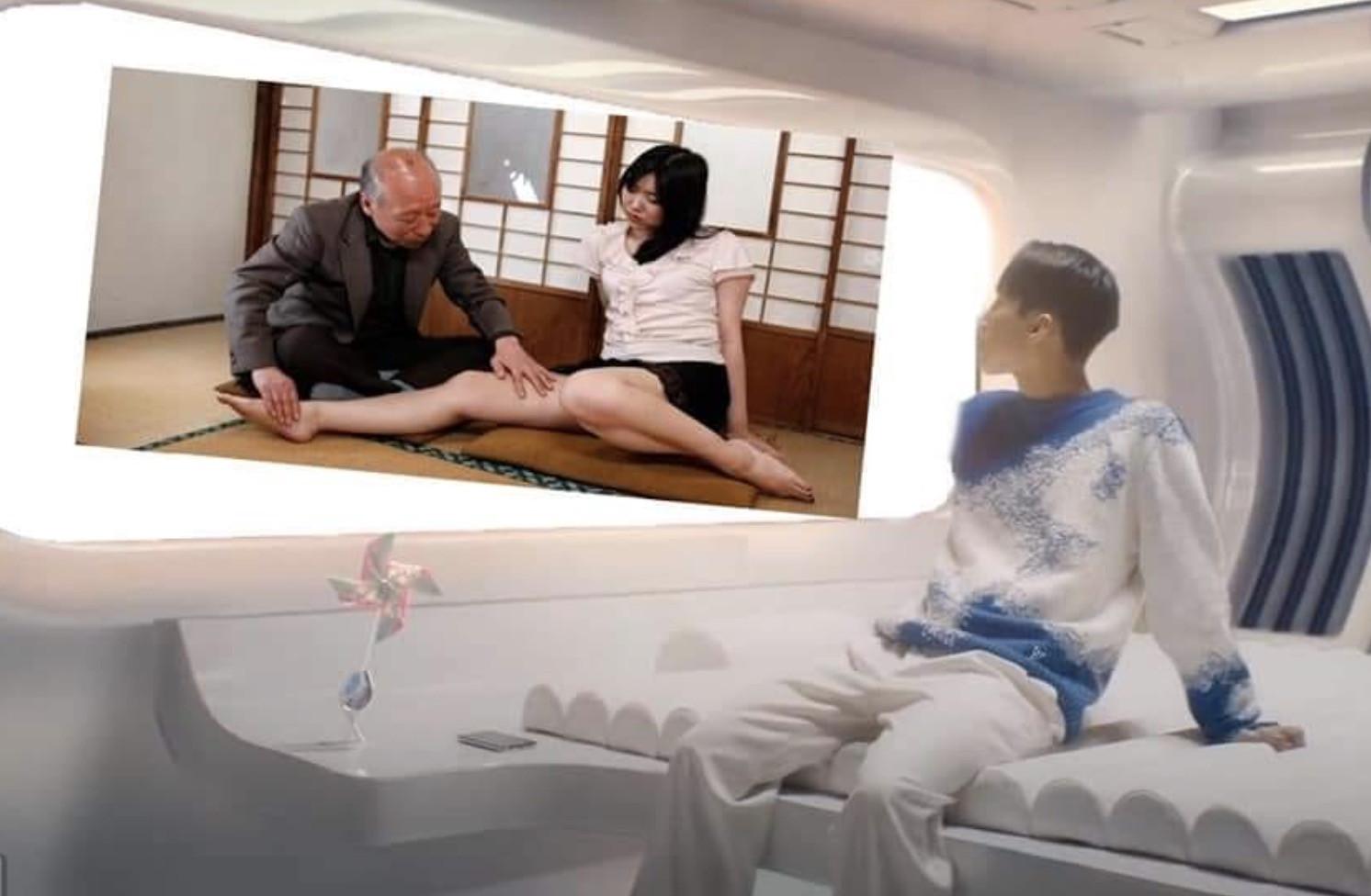 Sơn Tùng ngồi trong phi thuyền nhìn vào cảnh phim Nhật có cụ Tokuda