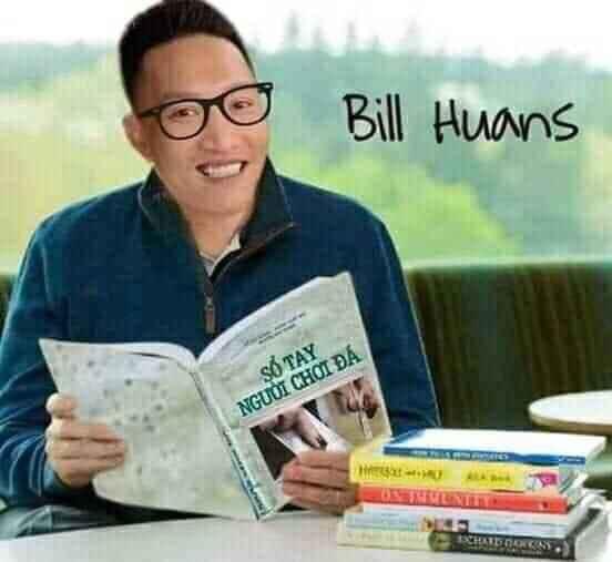 Bill Huans cười cầm cuốn sổ tay người chơi đá