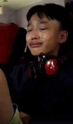 Cậu bé ở quán net khóc nước mắt đầm đìa