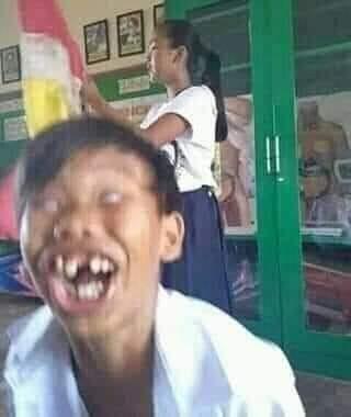Thằng bé răng sún áo trắng cười kinh dị