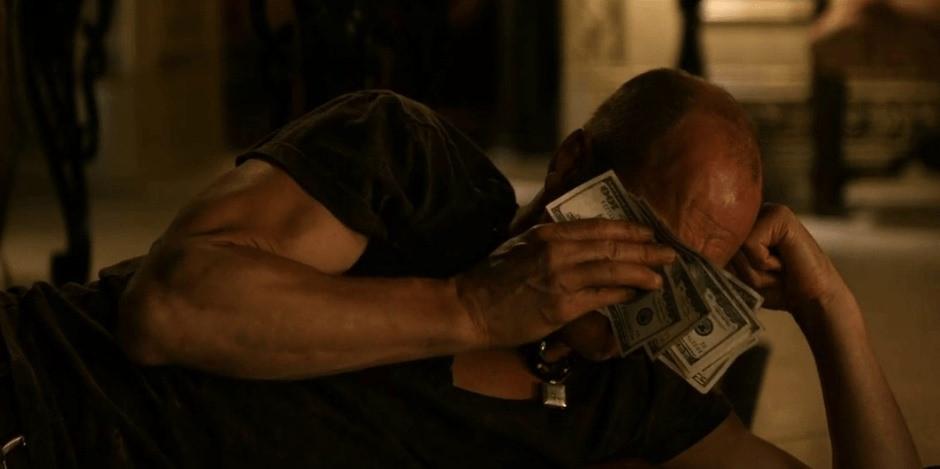 Người đàn ông nằm lấy tiền lau nước mắt