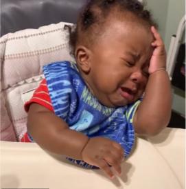 Bé gái da đen ôm đầu khóc