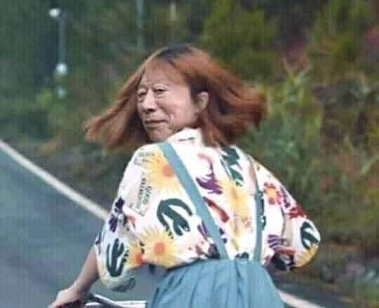 Cô gái đạp xe có khuôn mặt cụ Tokuda ngoái nhìn