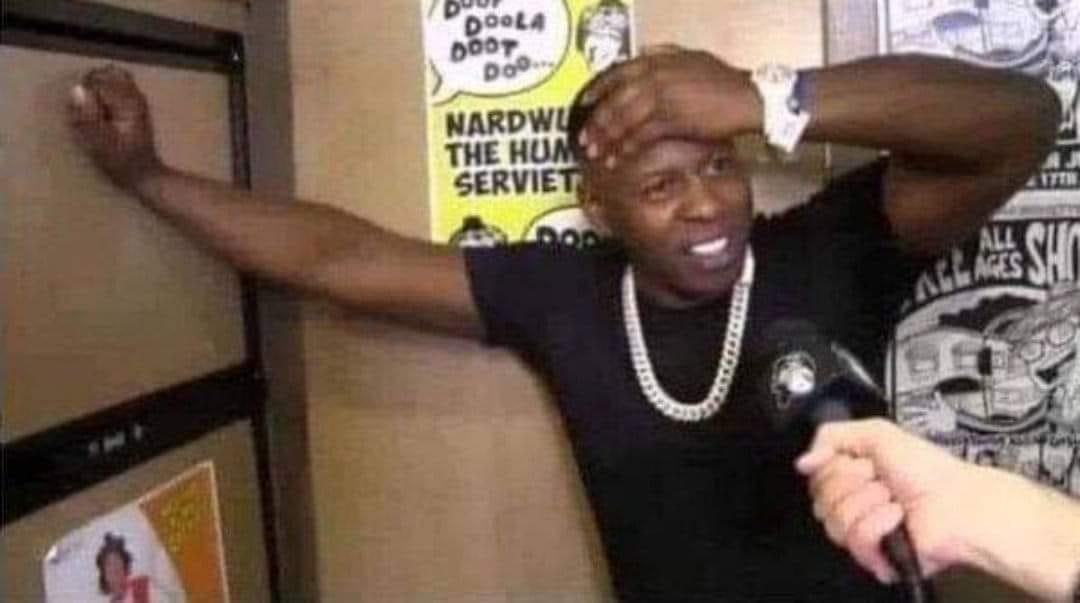 Anh da đen đưa tay bóp trán khi được phỏng vấn