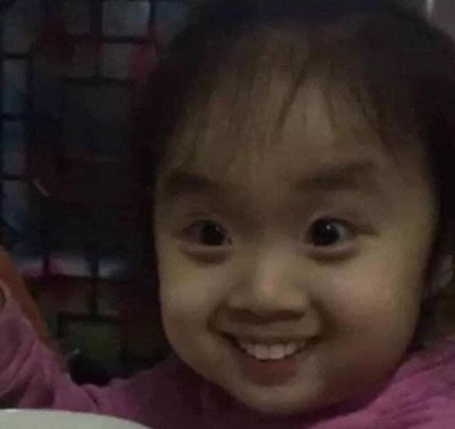 Bé gái áo hồng trố mắt cười khả ố