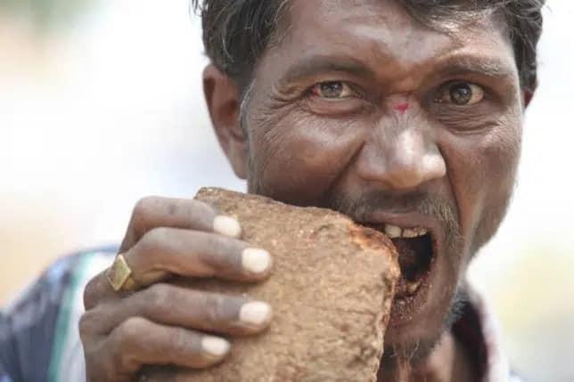 Anh da đen cạp đất mà ăn