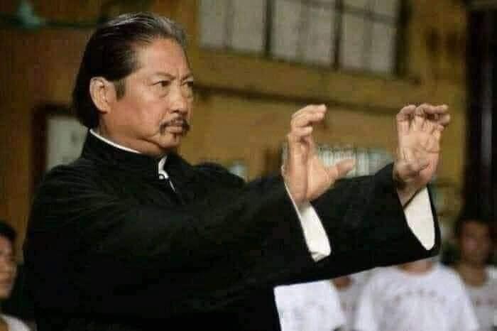 Hồng Kim Bảo đưa hai tay bóp một thứ vô hình