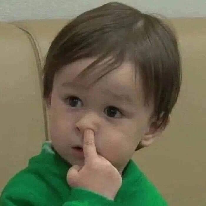 Cậu bé chọt ngón tay vào mũi mặt ngạc nhiên