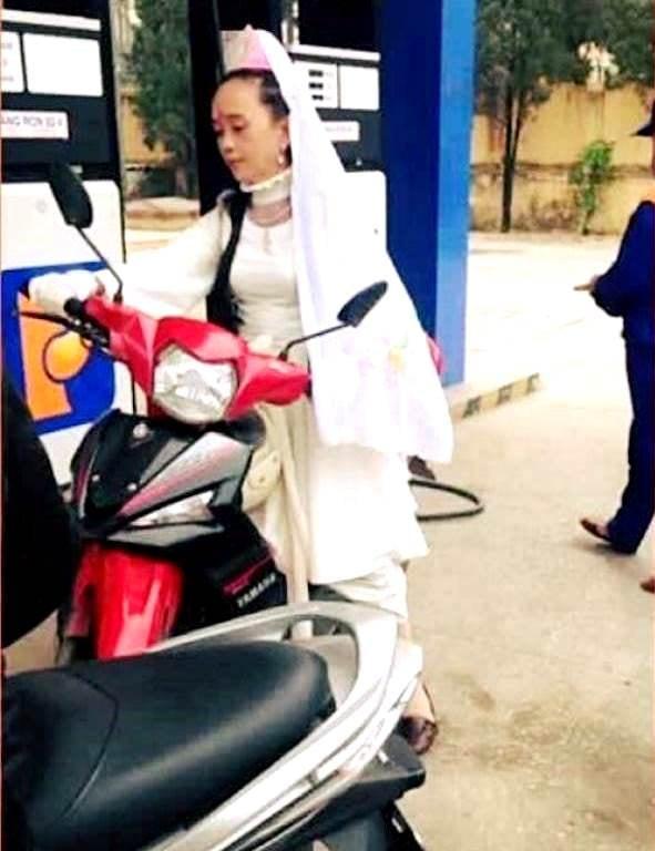 Quan thế âm Bồ Tát chạy xe máy đi đổ xăng