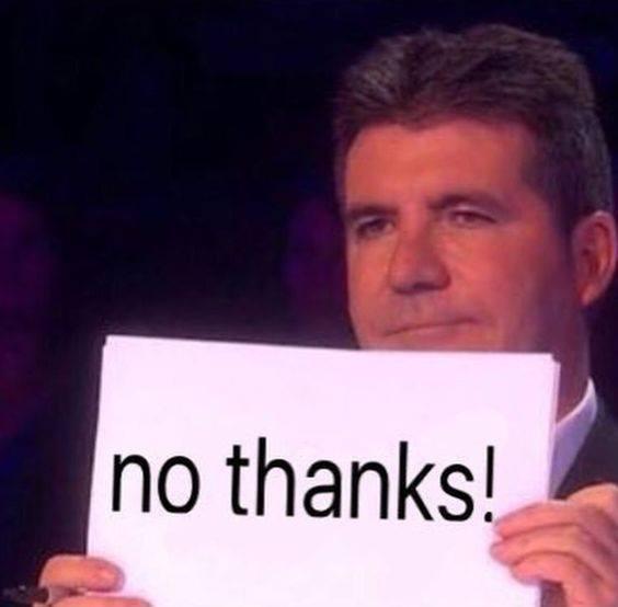 Simon cầm tờ giấy có chữ No thanks!