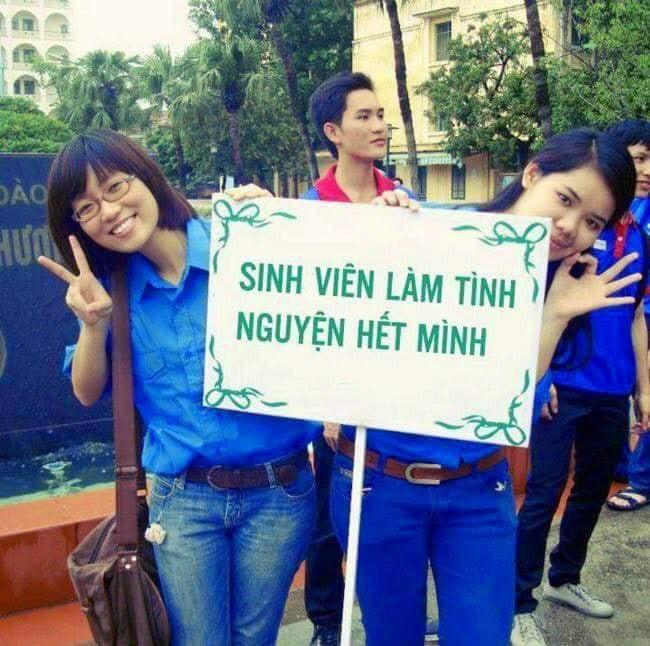 2 cô gái cầm bảng sinh viên làm tình nguyện hết mình