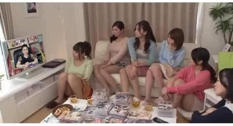 Các cô gái Nhật ngồi xem cô Phương Hằng livestream