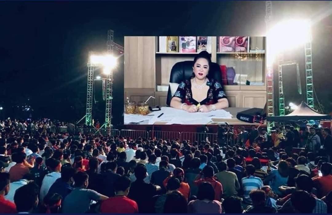 Hàng nghìn khán giả đang ngồi xem cô Phương Hằng livestream bóc phốt Hoài Linh trên màn ảnh rộng (TV lớn)